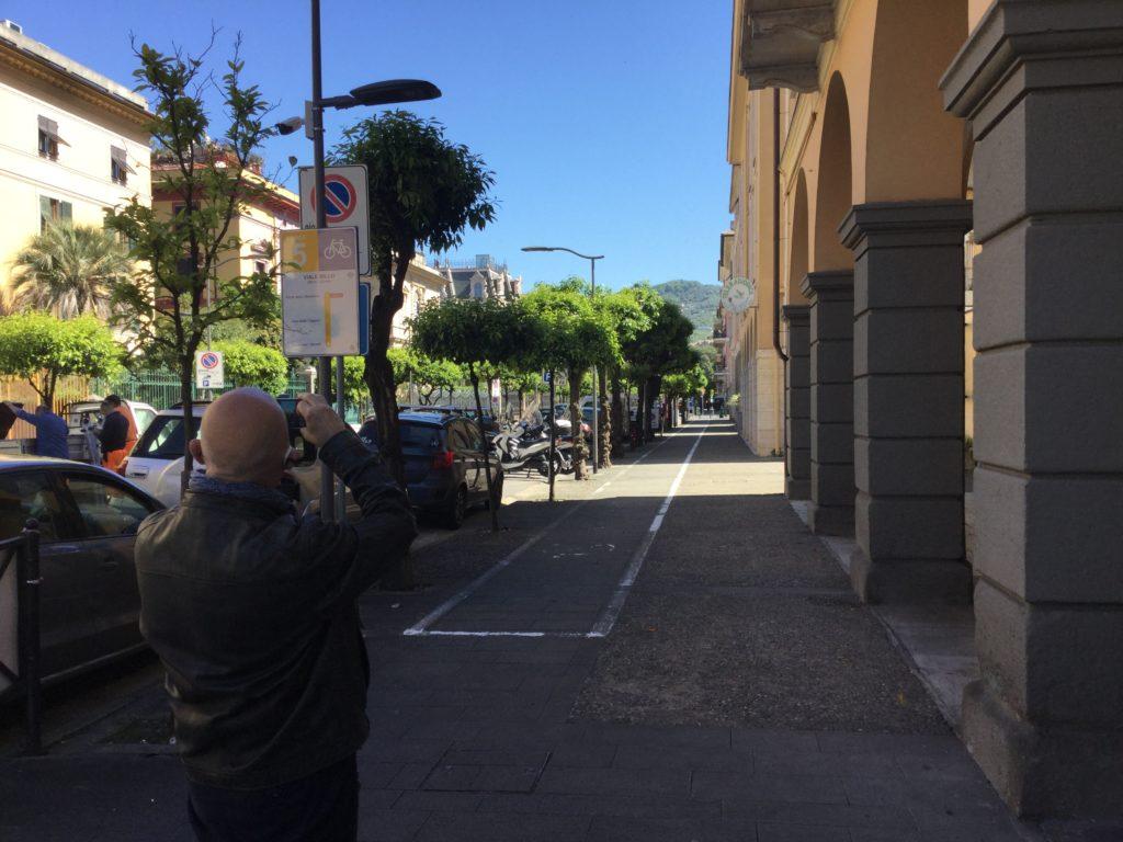 Chiavari - il nostro consigliere Giorgio Canepa durante l'installazione della nuova cartellonistica per la rete ciclabile